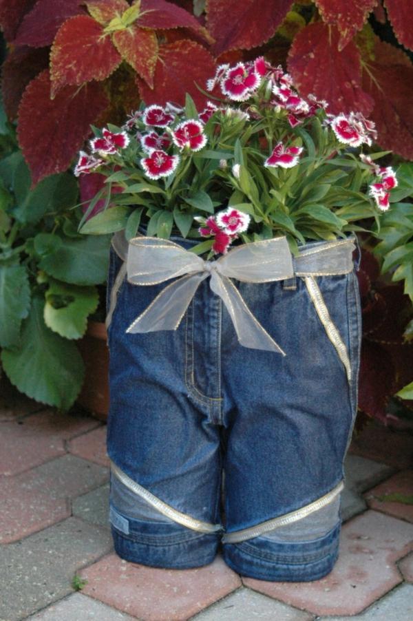 décorer son jardin avec des objets de récupération ancien jeans