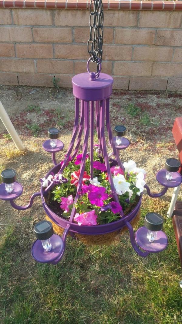 décorer son jardin avec des objets de récupération ancien lustre