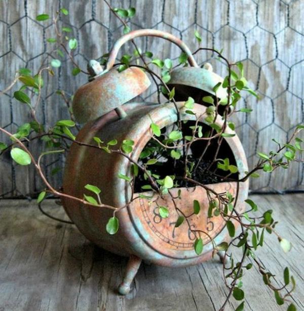 décorer son jardin avec des objets de récupération ancien réveil