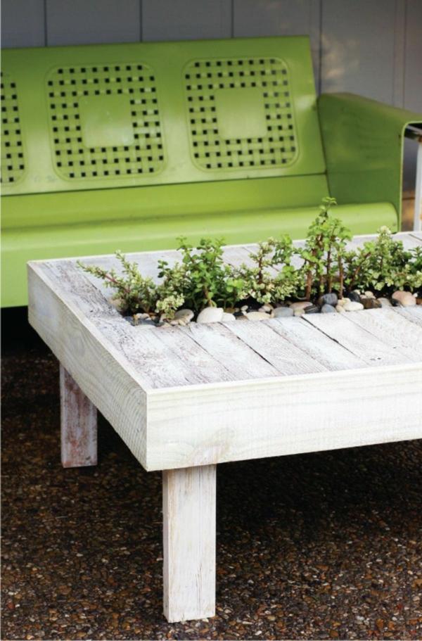 décorer son jardin avec des objets de récupération ancienne table