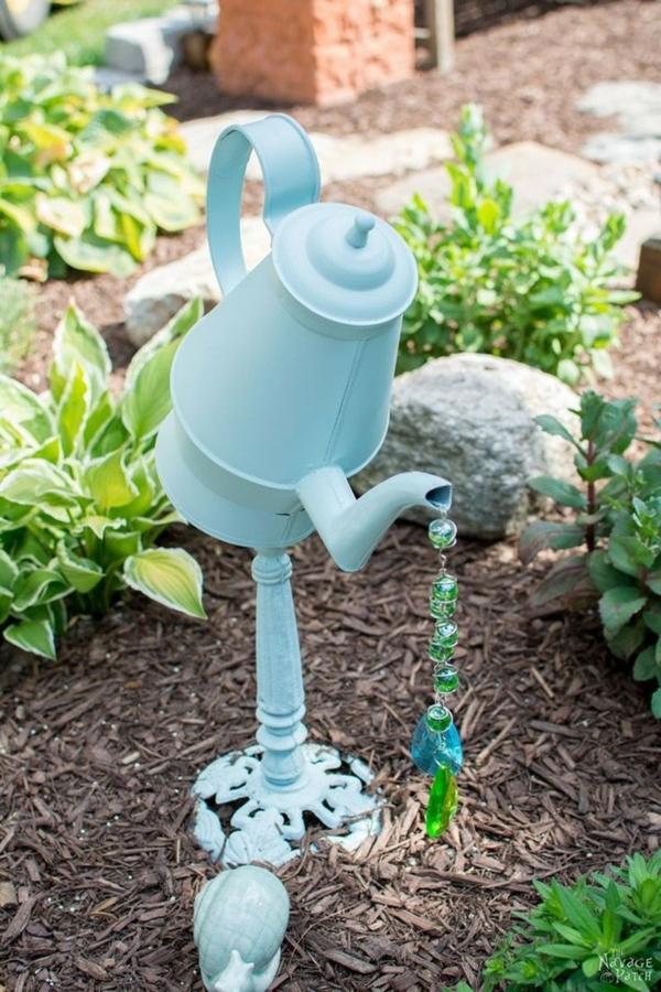 décorer son jardin avec des objets de récupération ancienne théière