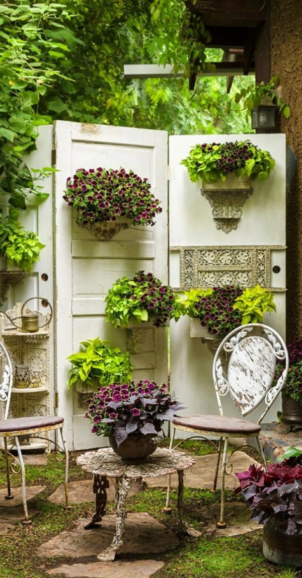 décorer son jardin avec des objets de récupération anciennes portes