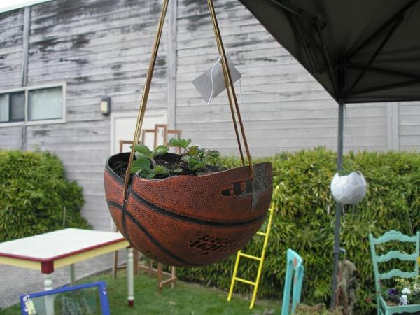 décorer son jardin avec des objets de récupération balle de basket