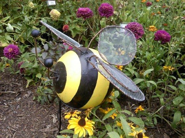 décorer son jardin avec des objets de récupération balle de bowling