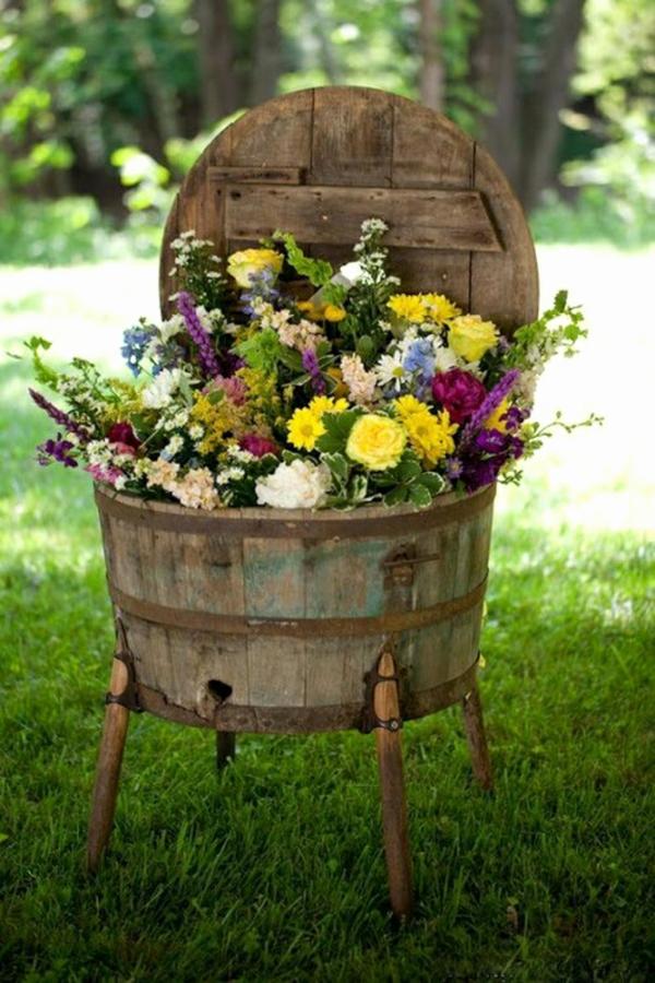 décorer son jardin avec des objets de récupération barrel bois