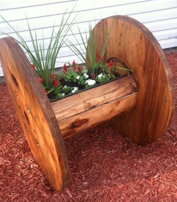 décorer son jardin avec des objets de récupération bobine