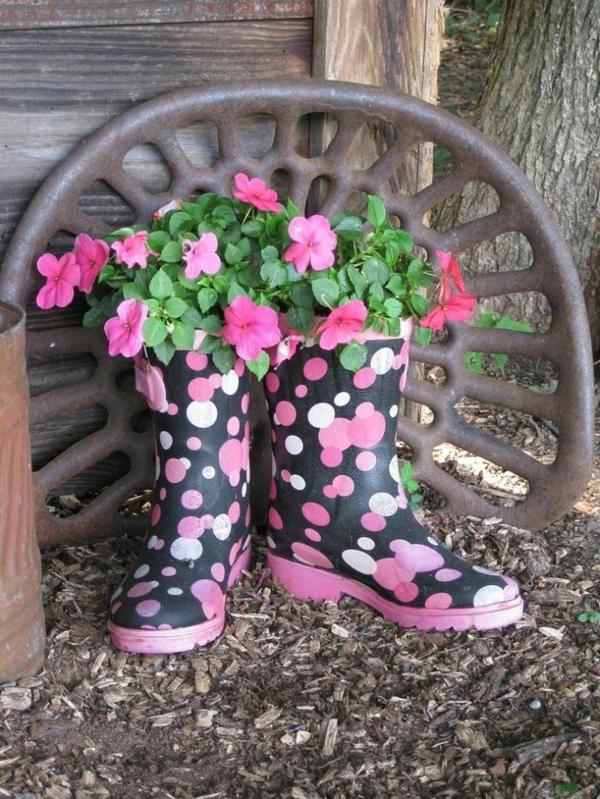 décorer son jardin avec des objets de récupération bottes