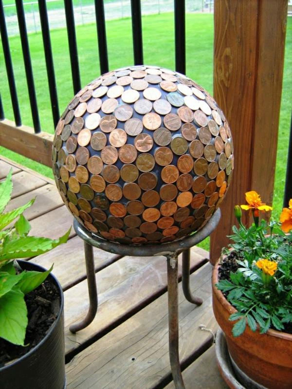 décorer son jardin avec des objets de récupération boule monnaies