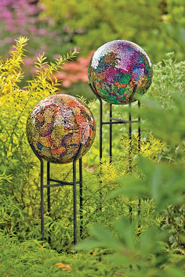 décorer son jardin avec des objets de récupération boules décoratives