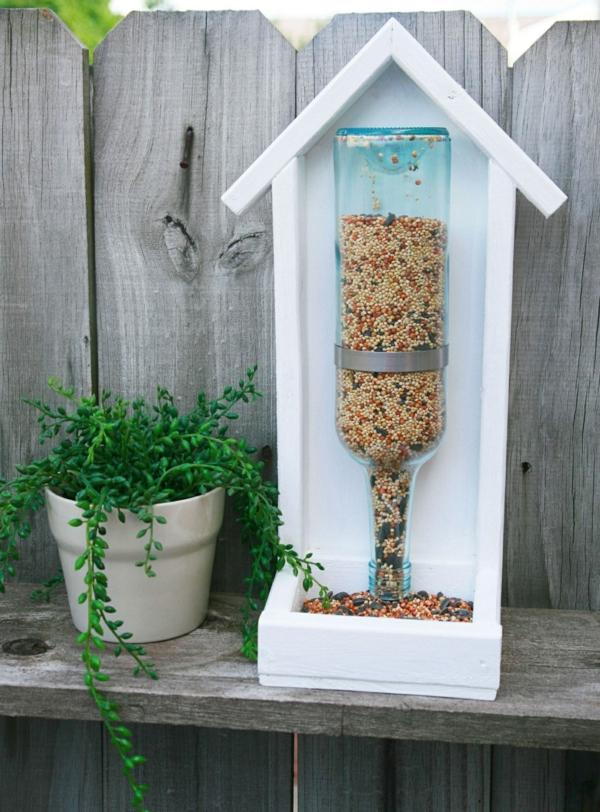 décorer son jardin avec des objets de récupération bouteille en verre