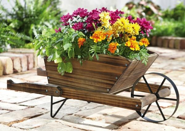 décorer son jardin avec des objets de récupération brouette