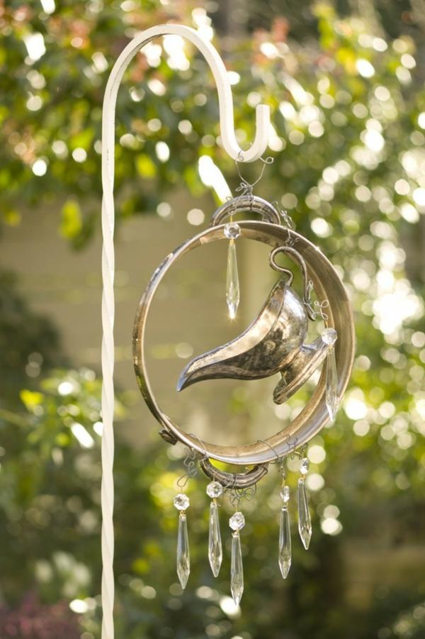 décorer son jardin avec des objets de récupération carillon éolien lampe à graisse