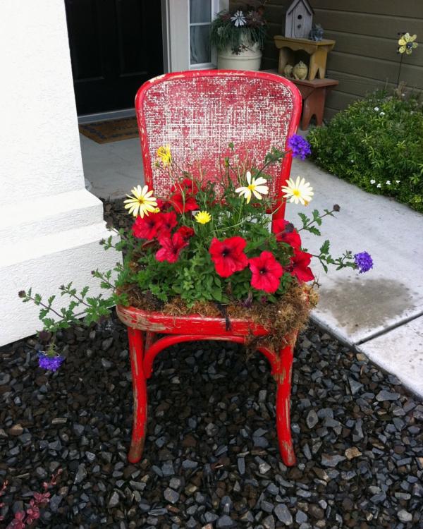 décorer son jardin avec des objets de récupération chaise en bois