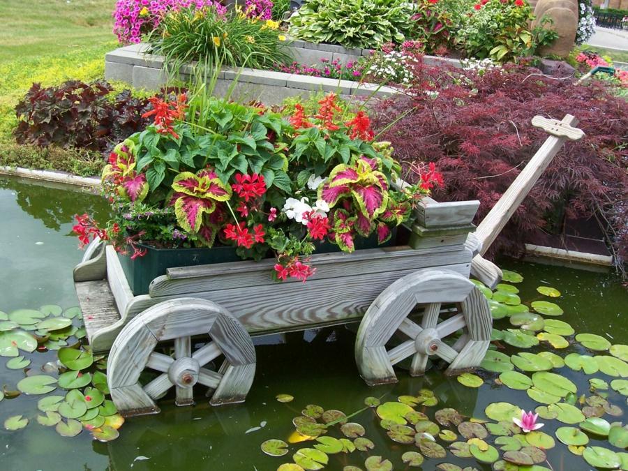décorer son jardin avec des objets de récupération chariot