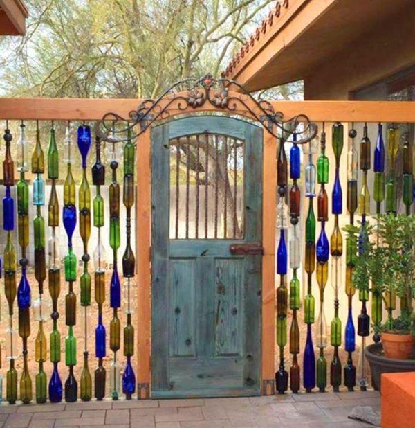 décorer son jardin avec des objets de récupération clôture en bouteilles