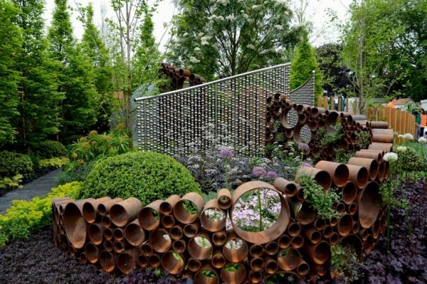 décorer son jardin avec des objets de récupération clôture tuyaux en métal