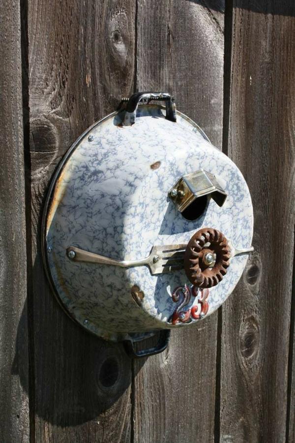décorer son jardin avec des objets de récupération cuvette en métal