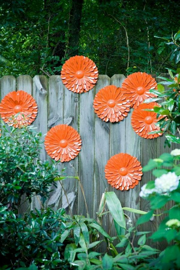 décorer son jardin avec des objets de récupération déco murale fleurs