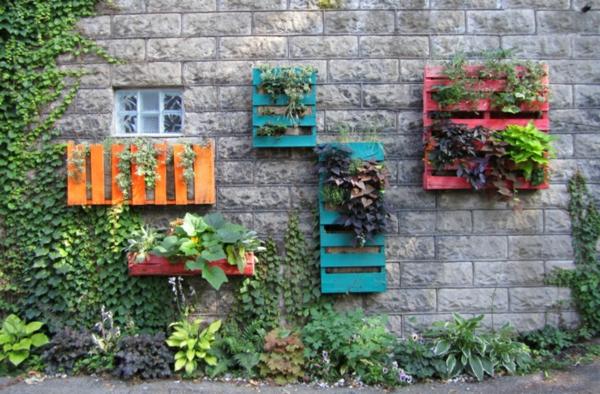 décorer son jardin avec des objets de récupération déco murale palettes