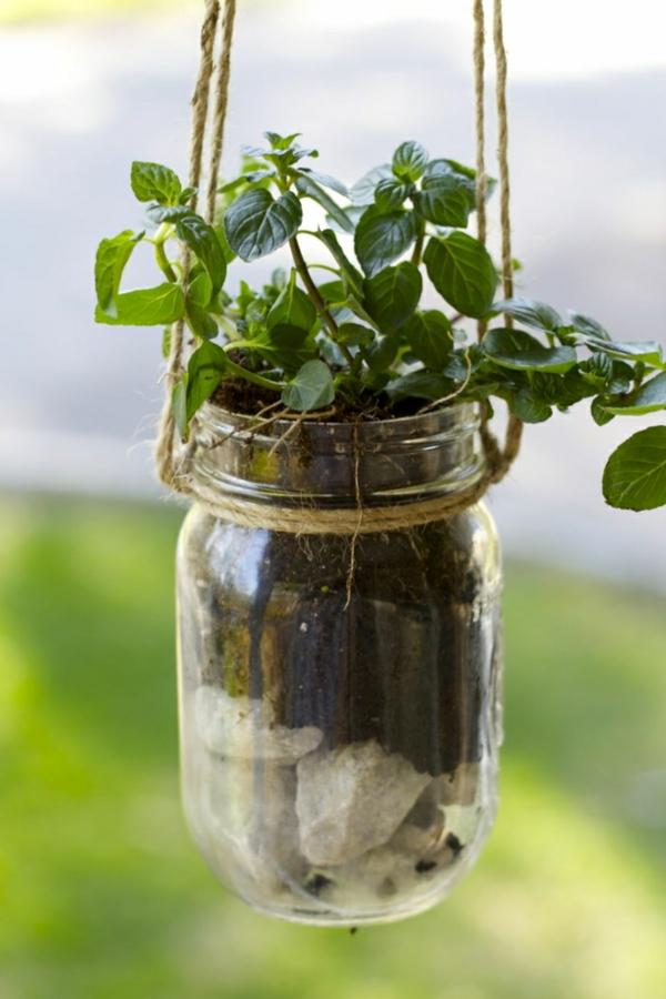 décorer son jardin avec des objets de récupération déco suspendue mason jar