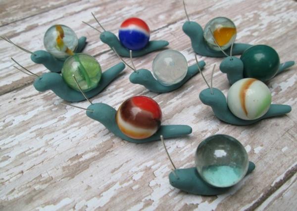 décorer son jardin avec des objets de récupération escargots billes de verre pâte à modeler