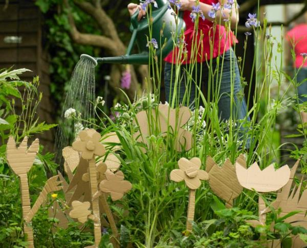 décorer son jardin avec des objets de récupération fleurs en carton