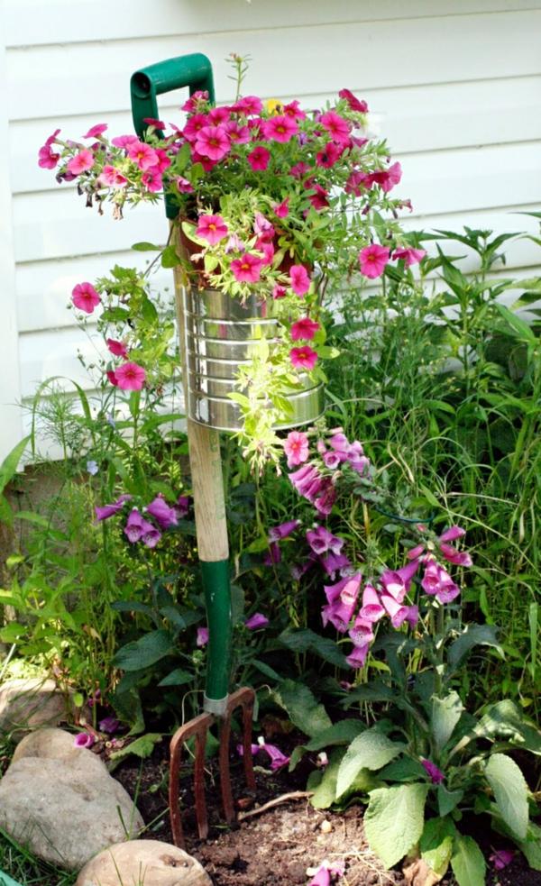 décorer son jardin avec des objets de récupération fourche à foin boîte de conserve