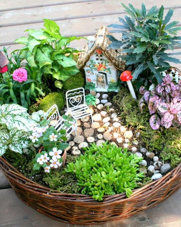 décorer son jardin avec des objets de récupération maison de fée corbeille