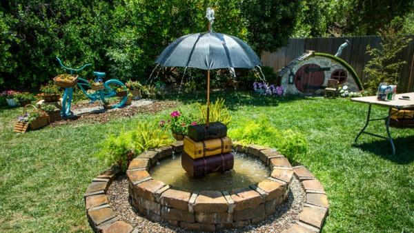 décorer son jardin avec des objets de récupération parapluie valises
