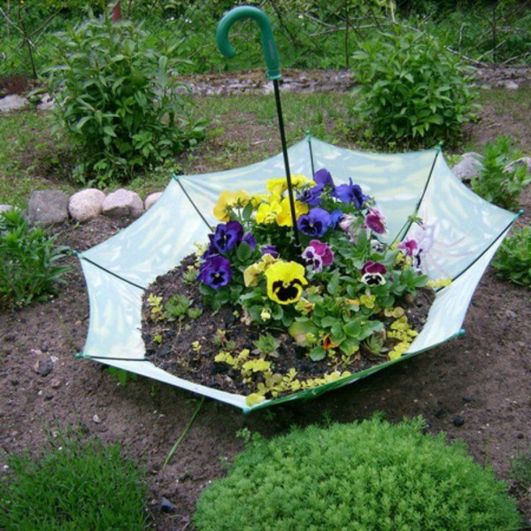 décorer son jardin avec des objets de récupération parapluie