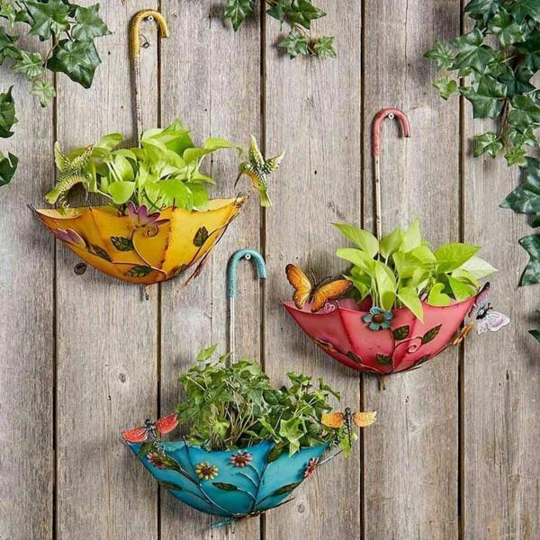 décorer son jardin avec des objets de récupération parapluies