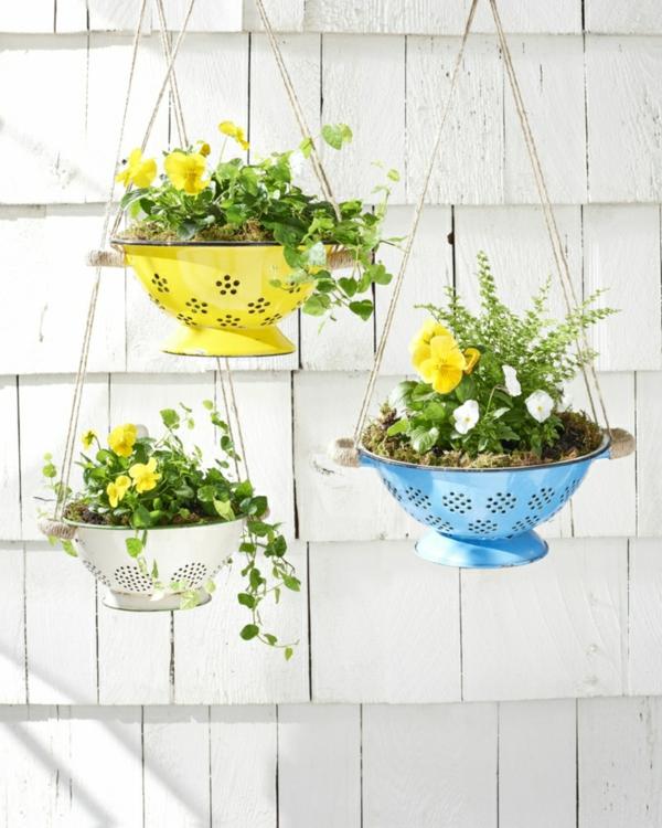 décorer son jardin avec des objets de récupération passoire en métal