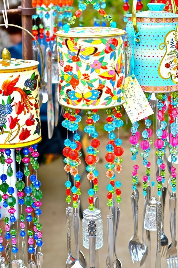 décorer son jardin avec des objets de récupération perles décoratives ustensiles boîtes