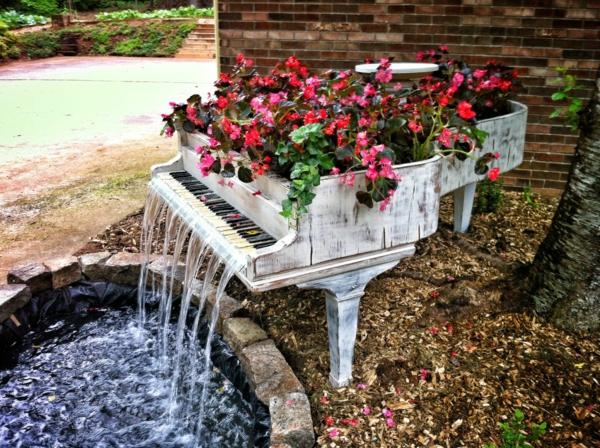 décorer son jardin avec des objets de récupération piano à queue