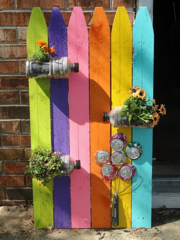 décorer son jardin avec des objets de récupération planches de bois cannettes bouteilles