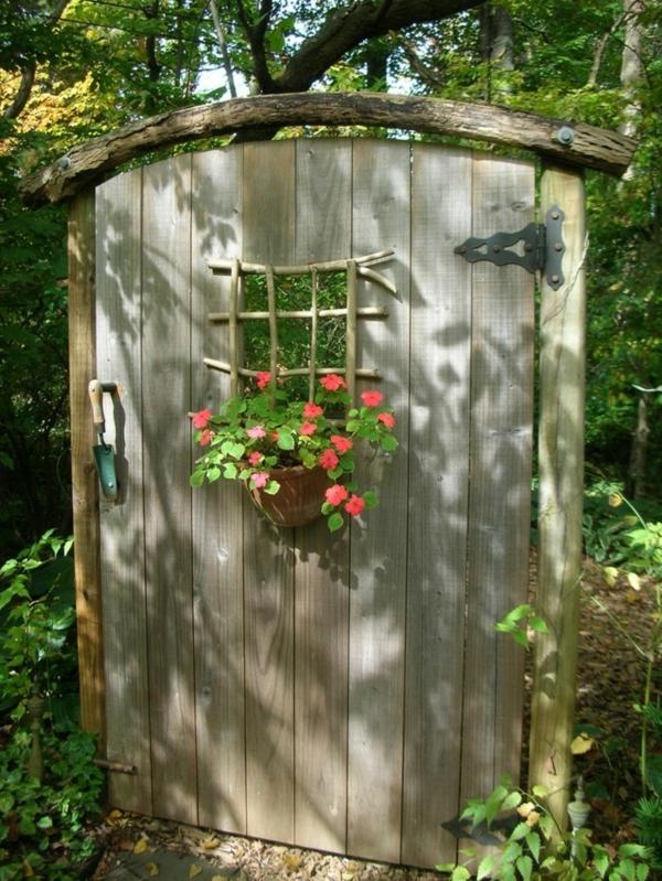 décorer son jardin avec des objets de récupération porte en bois