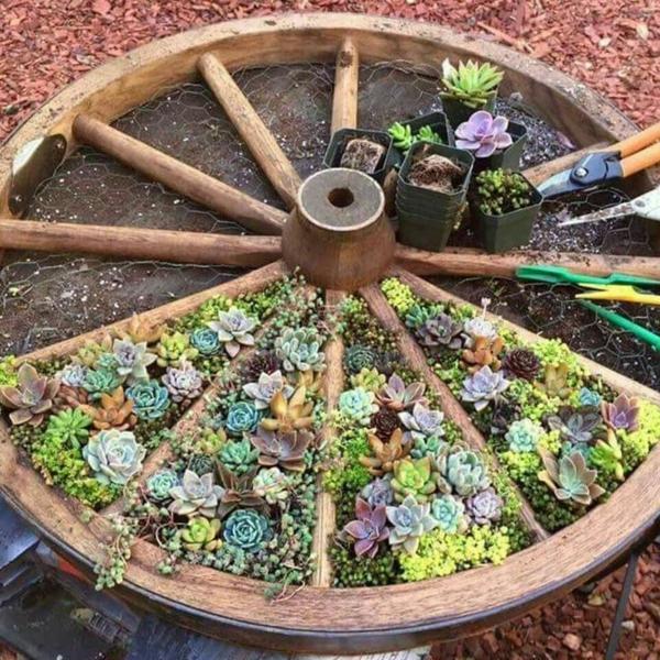 décorer son jardin avec des objets de récupération roue de chariot bois