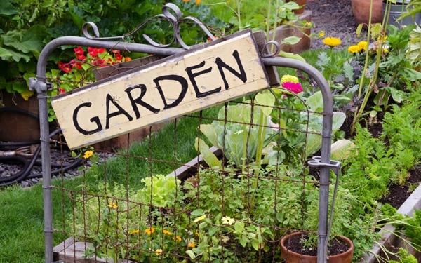 décorer son jardin avec des objets de récupération tête de lit