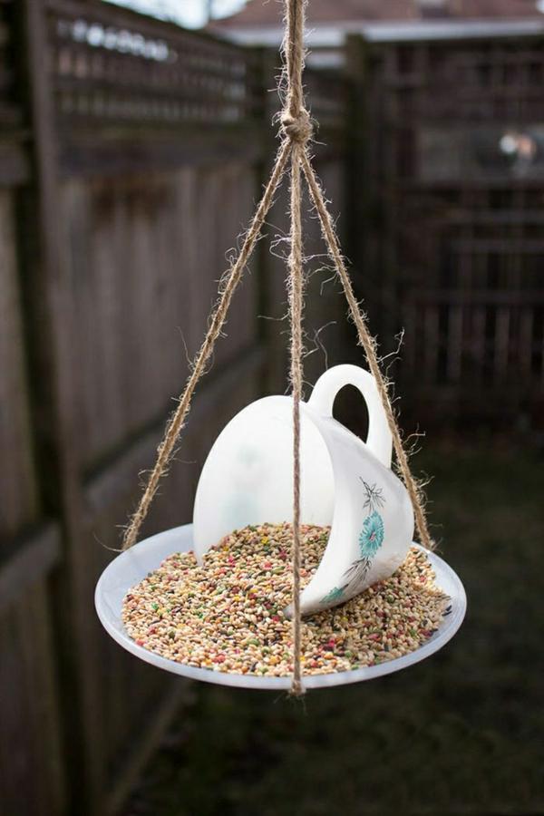 décorer son jardin avec des objets de récupération tasse à café
