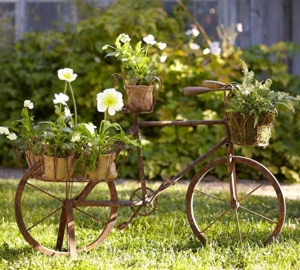 décorer son jardin avec des objets de récupération vélo