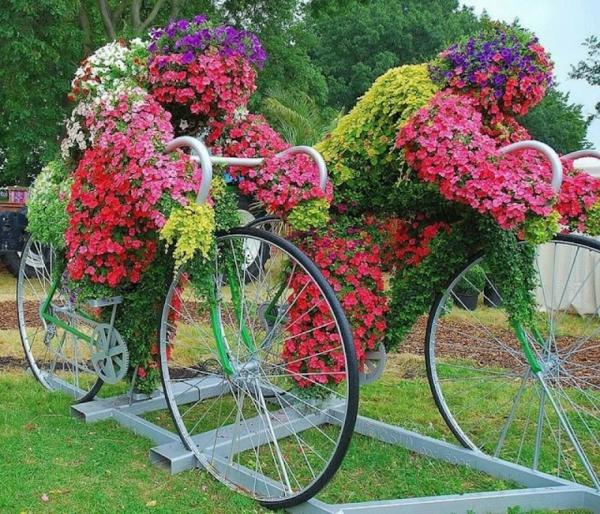 décorer son jardin avec des objets de récupération vélos