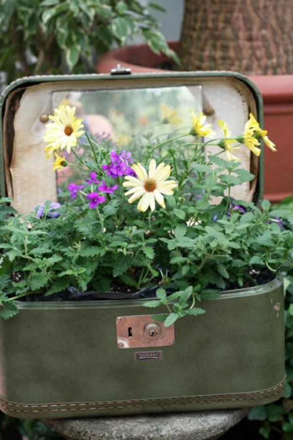 décorer son jardin avec des objets de récupération valise