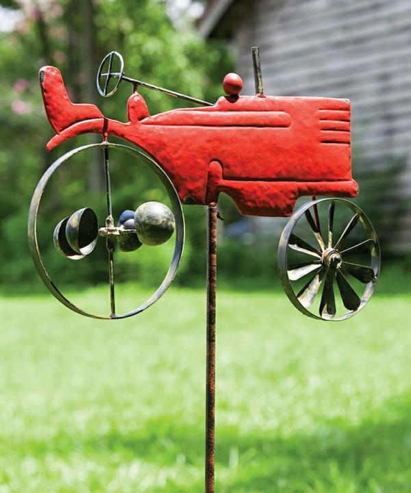 décorer son jardin avec des objets de récupération voiture stylisée en métal
