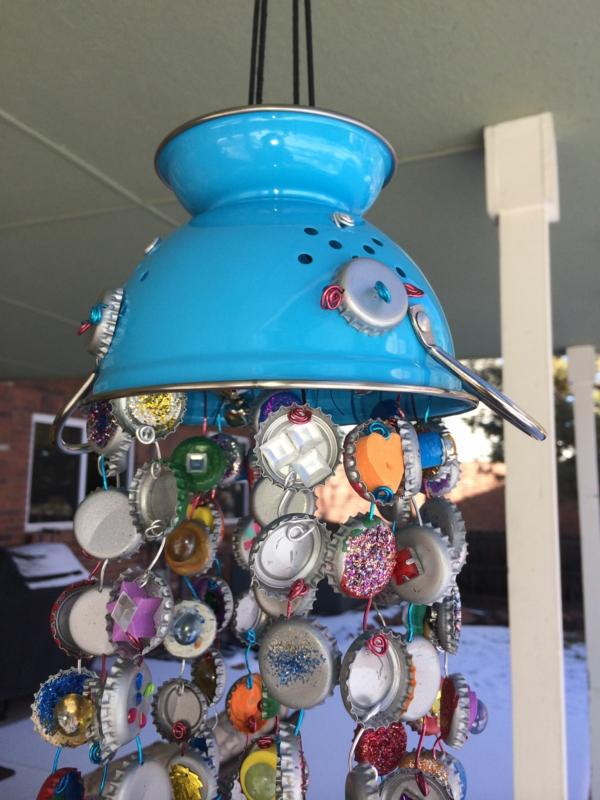 diy carillon éolien passoire de cuisine boucons de bouteilles