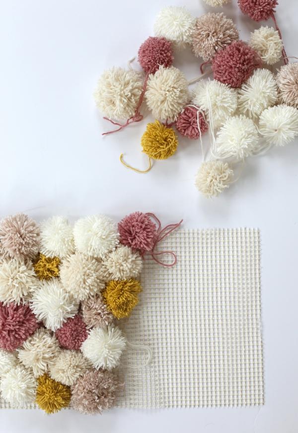 fixer des pompons sur toile canevas diy tapis pompon
