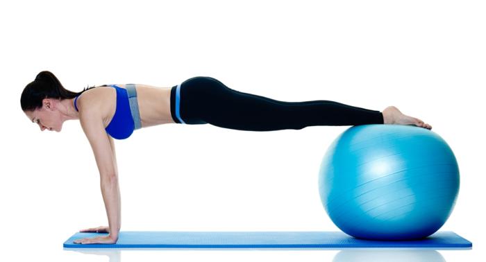 gainage abdo exercice planche avec balle de gym