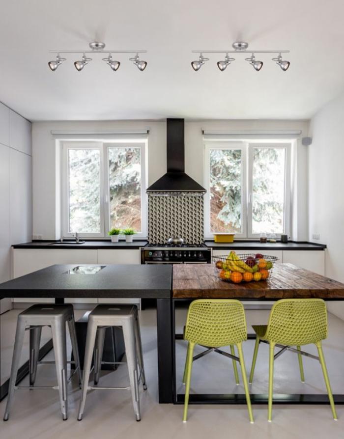 idée éclairage luminaire cuisine avec deux tables de grande taille