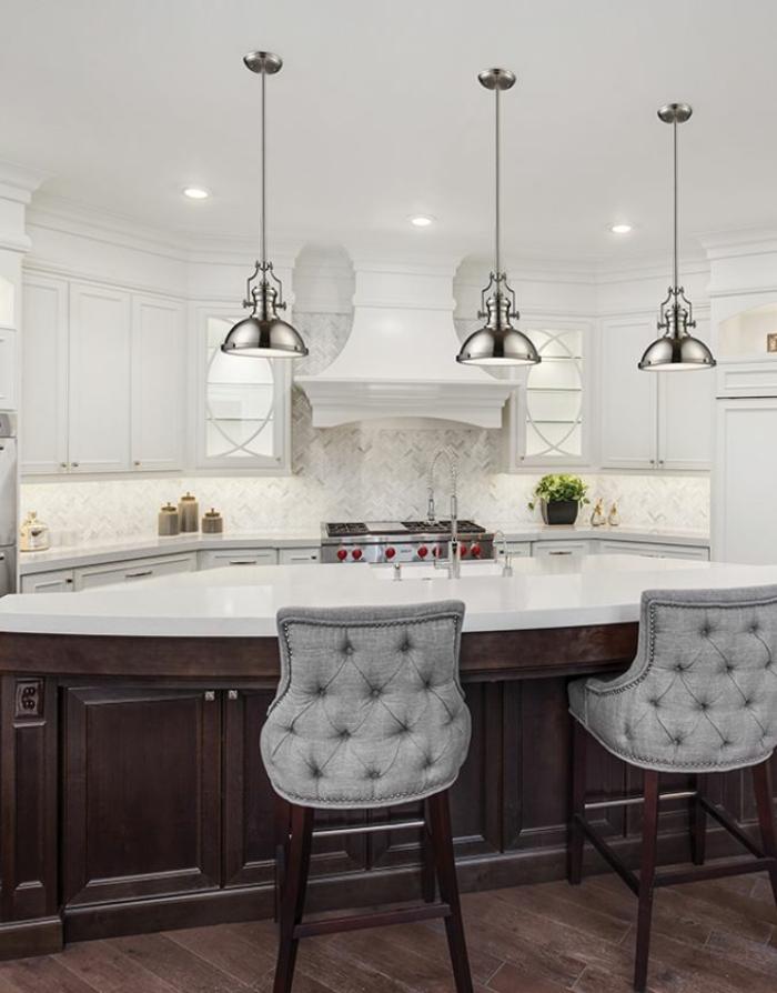 idée éclairage luminaire cuisine blanche îlot central marbre