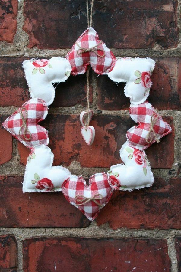 idée cadeau saint valentin fait main couronne de coeurs en feutrine
