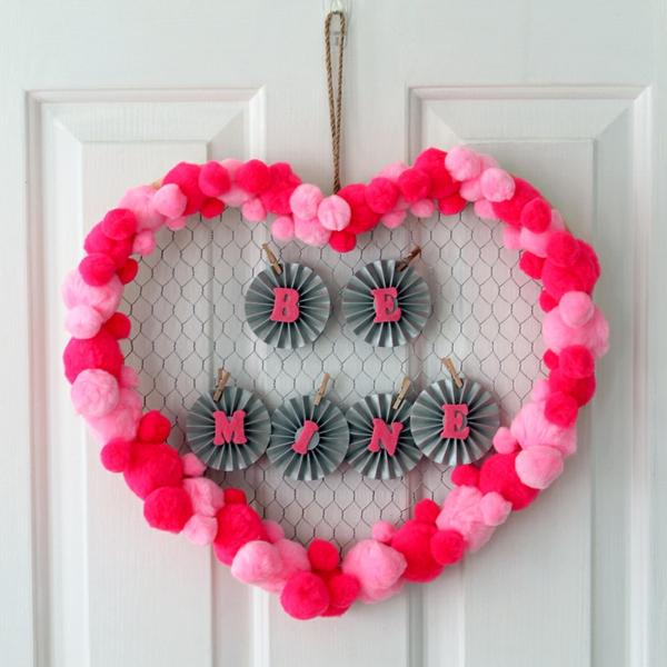 idée cadeau saint valentin fait main déco murale pompons papier coloré